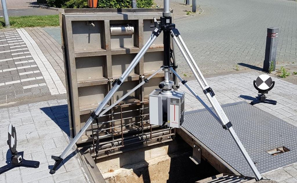 Een diepe put met gemaal scannen met HDS7000 laserscanner ondersteboven.